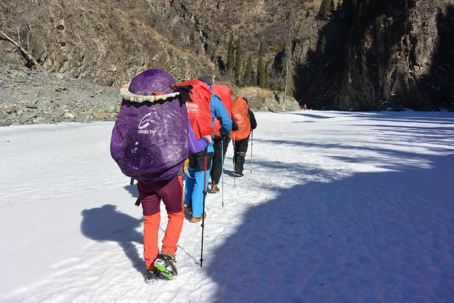 狼塔冬季穿越,无人区探险挑战极限,邂逅冰瀑冰河