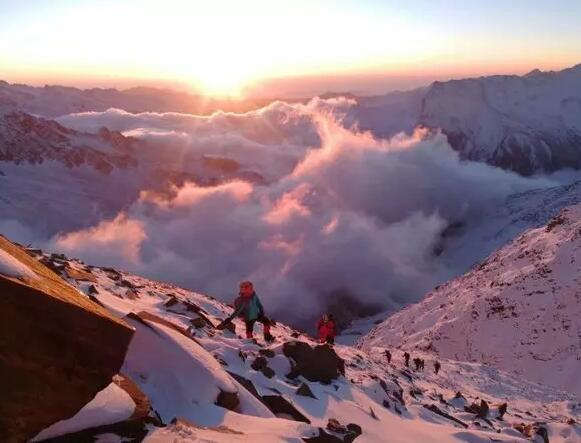 四姑娘山三峰5355米攀登 技术性雪山入门级