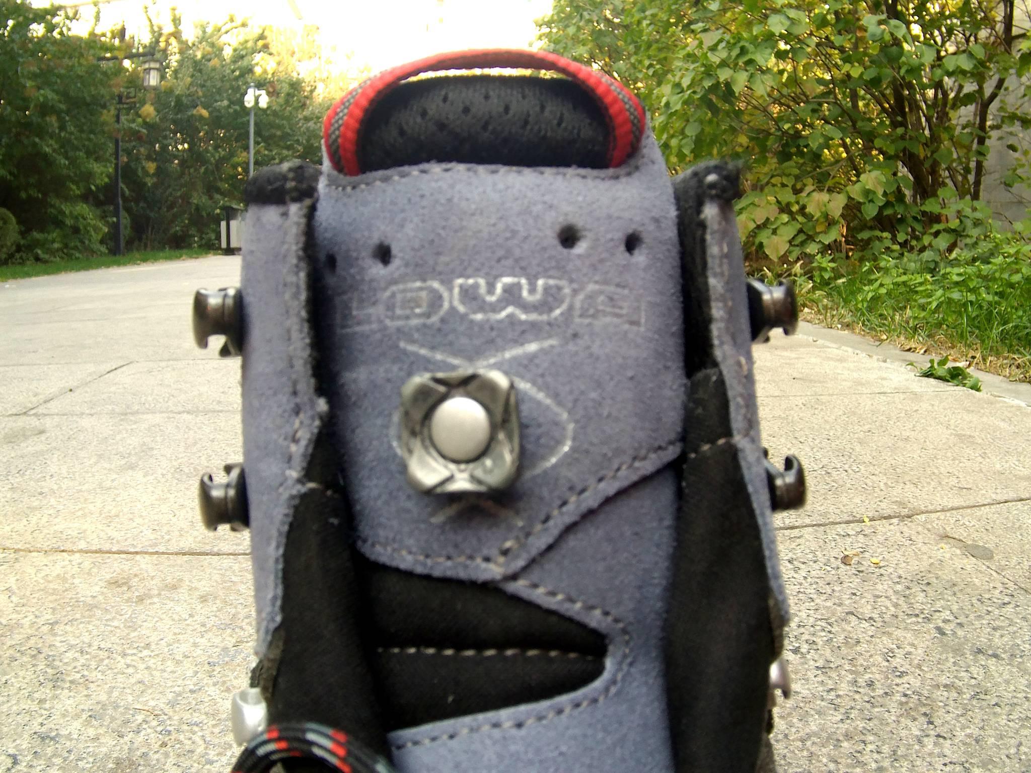 中間的突出是鞋帶纏繞裝置,有它可以在行走時調節鞋帶舒適度圖片