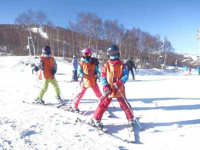 富龙滑雪冬令营五天四晚,体验着雪海冲浪的激情与刺激