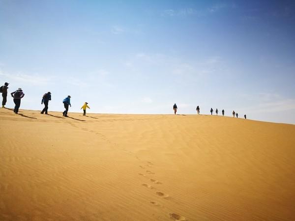 丈量中国,徒步腾格里沙漠,脚步去丈量苍天般辽阔的腾格里