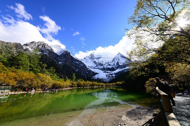 从现代冰川海螺沟,蓝色净土稻城亚丁,特色丹巴藏寨中认识川西高原魅力