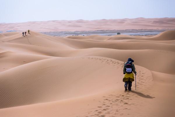 腾格里沙漠徒步英雄会,一起踏遍黄沙土地