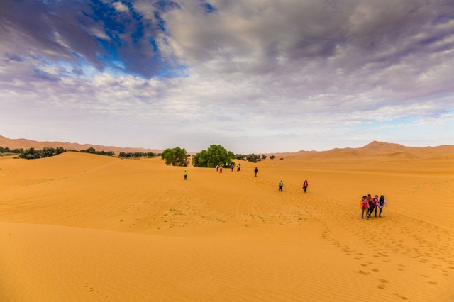 一半天堂,一半地狱,你离沙漠只差一个腾格里的距离