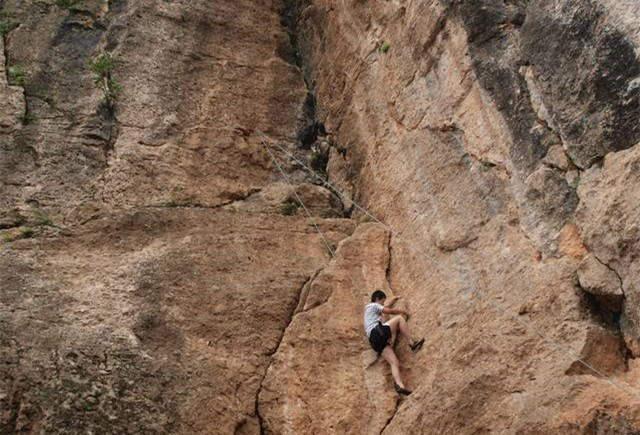 鹤鸣山攀岩速降,并有攀岩馆学习的机会哟