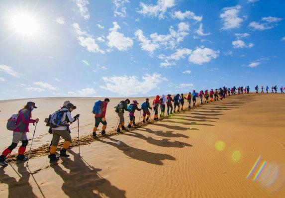 千年之叹,并肩行走,腾格里徒步穿越之旅