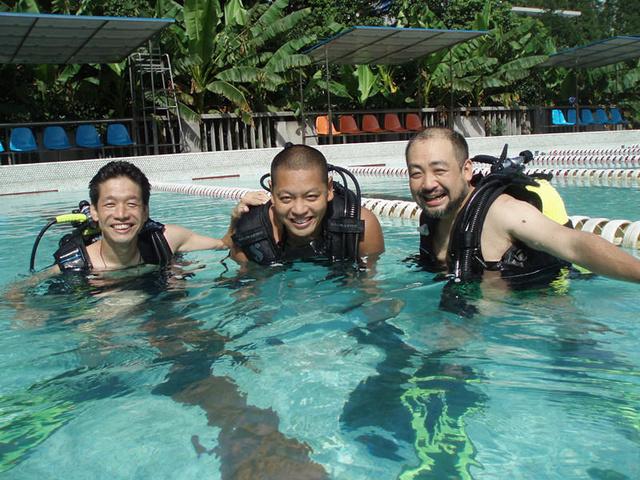 潜水的理论和泳池课程,手把手教你如何水中行
