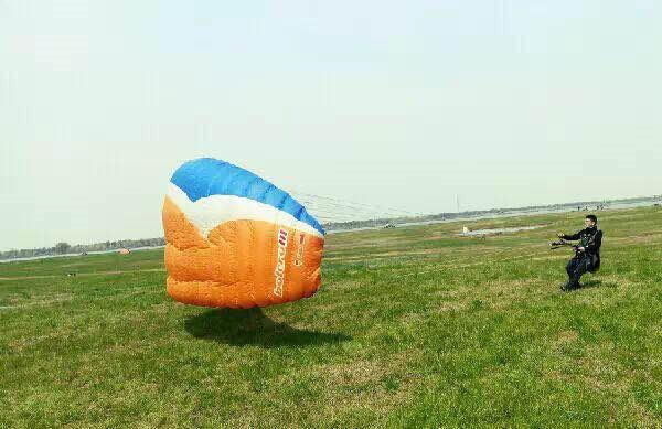 滑翔伞地面控伞体验,风好,就可以牵引飞行