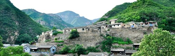 爨底下村位于北京西郊门头沟区斋堂镇,川底下村,实名爨底下.