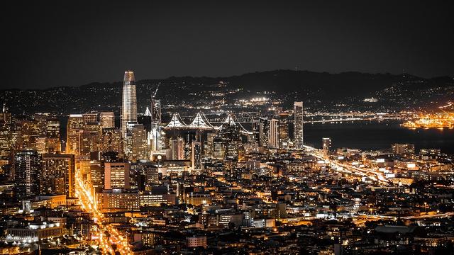 为什么喜欢旧金山呢? 如果你还活着,旧金山不会使你厌倦。 如果你已经死了,旧金山会让你起死回生。 旧金山最最吸引人的是它的自由与包容。 华人、黑人、菲律宾人、日本人、尼加拉瓜人、西班牙人、意大利人、越南人等各种不同种族的人在这里聚居,多元的文化在这里碰撞。就算你把自己打扮得光怪陆离,也不会引来路人奇怪的眼光。也许正是这种自由与包容,旧金山才会成为很多文化的发源地,比如嬉皮士文化,近代自由主义,叛逆文化等众多另类文化。 这种包容也体现在美食上,因为旧金山有许多不同国籍的移民在这里聚居,所以有很多充满异国风味