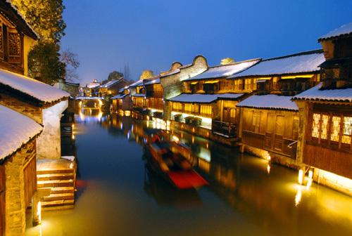 """乌镇是典型的中国江南水乡古镇,有""""鱼米之乡,丝绸之府""""之称,有六千年"""