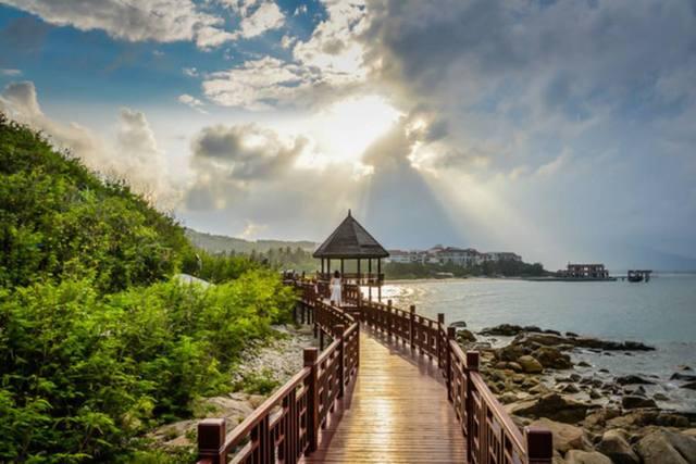 黄昏的时候,海风拂面,漫步在其中,真的是有种天涯海角相随的浪漫.