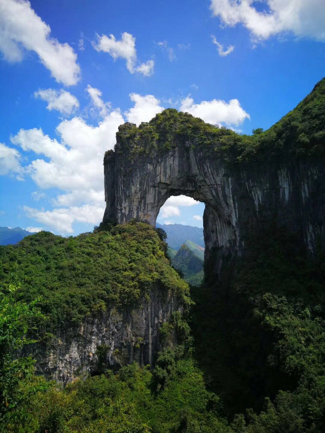 天坑也可以从底部洞穴穿越进去的,晃眼之间,像是打开了一个月光宝盒