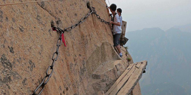 华山位于陕西华阴县城南,海拔2200米,是世界上最陡峭的山峰之一,登山图片