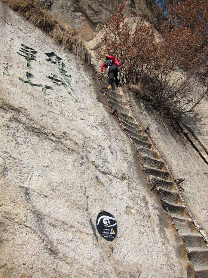 長空棧道是華山險道中的險中之險.圖片