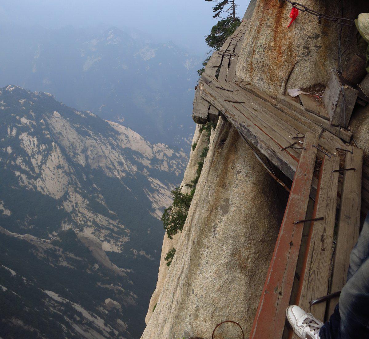自古华山一条路,道出了中国著名的五岳之一华山的险,华山天下险是自然景观中险景之典范,不但令国内众多登山爱好者望而生畏,更是外国人叹为观止、称奇叫绝,据国外媒体2014年1月15日报道,华山被当之无愧地评为世界上最危险的地方之一。 华山位于陕西华阴县城南,海拔2154.9米米,北瞰黄河,南连秦岭。《水经注》说它远而望之若华状,因名华山。又以其西临少华山,故称太华。其主峰为落雁(南部)、朝阳(东峰)、莲花(西峰),玉女(中峰)、五云、云台(北峰)等峰。著名的华山峪登山道与西峰高差达千米,