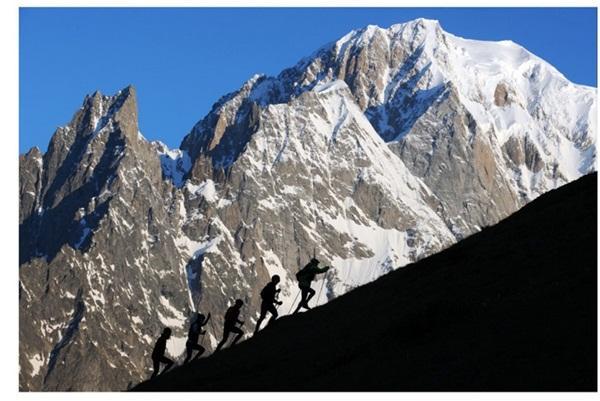 据环勃朗峰耐力赛官网12月9日消息,The Ultra-Trail du Mont-Blanc正式更名为UTMB,经典LOGO被更换为新设计的蓝色LOGO。由Columbia品牌赞助的2016UTMB系列赛报名时间由12月16日开始,至巴黎时间2016年1月5日午夜1月13日10点公布抽签结果。截至2015.12.23,共有78个国家的9091人报名.
