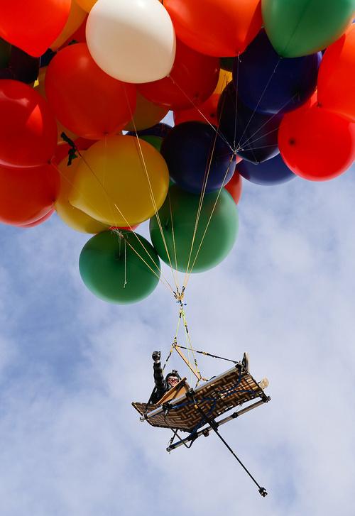 现实版的《飞屋环游计》,氢气球跳伞帅呆!