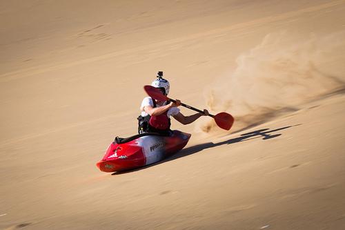 没水了还能玩皮划艇?沙漠中照样划起来