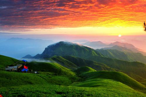 它是江南三大名山之一,在这能看云海、高山草甸、繁星......